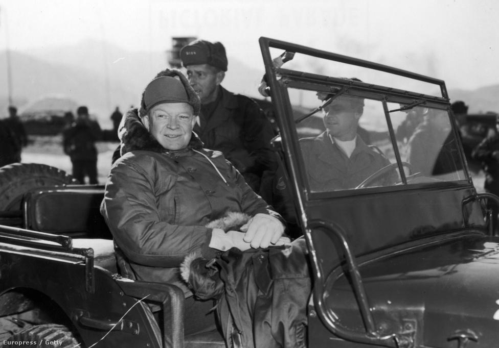 Eisenhower elnök meglátogatja a fronton harcoló amerikai alakulatokat. Később nukleáris fegyver bevetésével fenyegette meg Kínát.
