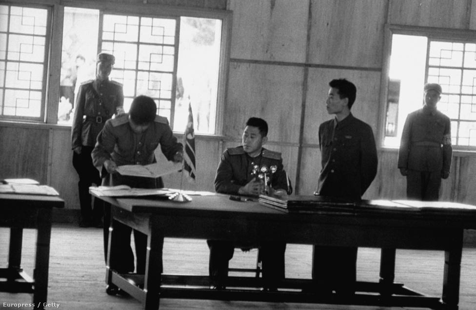 Az észak-koreai katonai vezetés aláírja a tűzszünetet. A háború jogilag sosem ért véget, békekötés nem volt. Idén márciusban Észak-Korea hivatalosan felmondta a 60. évvel ezelőtti szerződést is.