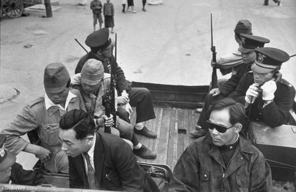 Katonák és rendőrök járőröznek egy dél-koreai város utcáin. 1948-49-ben az amerikai és a szovjet csapatok hivatalosan kivonultak a két Koreából, de a feszültség a két országrész között ezzel is csak nőtt, egyre gyakoribbá váltak a határvillongások.