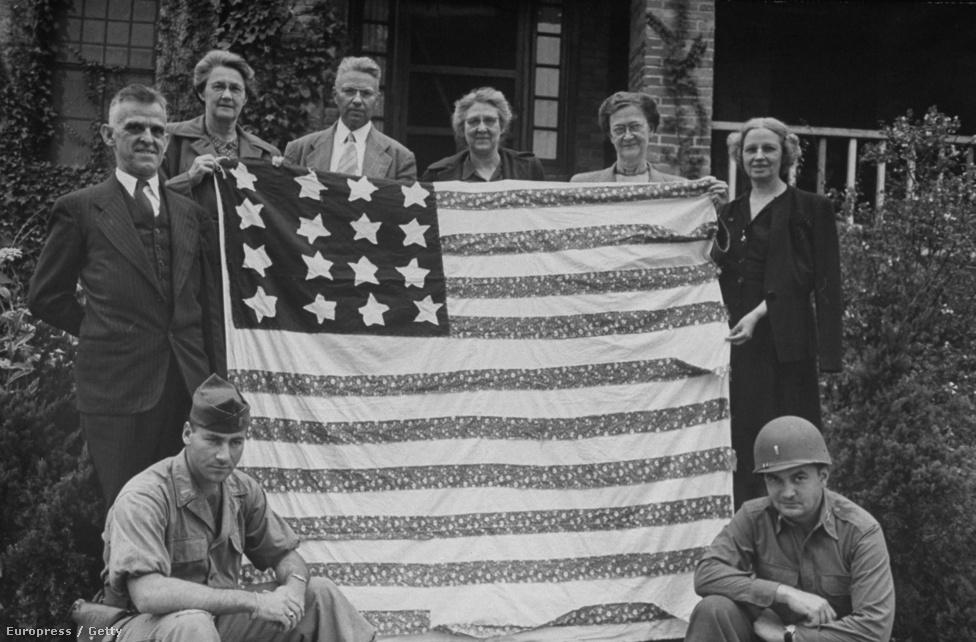 1948. novembere: presbiteriánus misszonáriusok pózolnak büszkén egy sebtiben összetákolt amerikai zászlóval valahol Délen.
