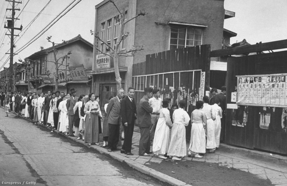 1948 májusa, sorban állnak az emberek az első szabad koreai választásoknál. Ennek a választásnak a kudarca vezetett ahhoz, hogy az ország északi, kommunista, és déli, nyugatbarát része között robbanáspontig nőjön a feszültség.