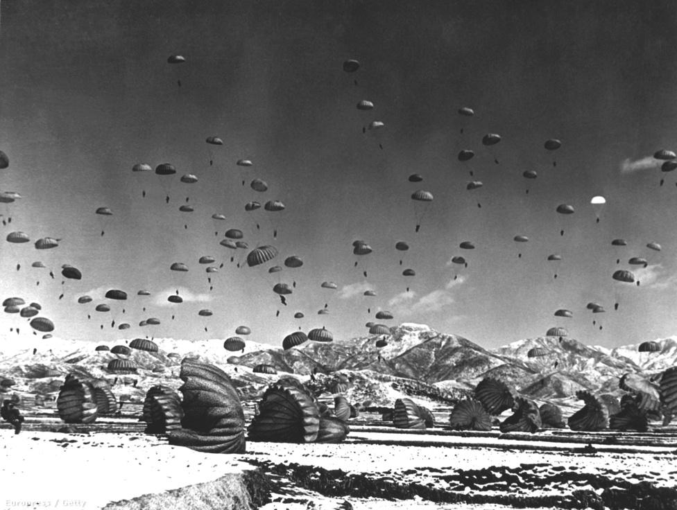 Ejtőernyősök bevetésen. Az amerikai légierővel megerősített déli oldal pár hónap alatt elérte a légtér dominanciáját, ezt Észak-Korea folyamatos bombázására, napalmcsapásokra és ejtőernyősök bevetésére használta ki.