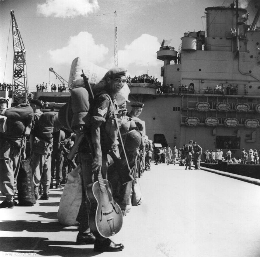1950. augusztus, a brit HMS Unicorn repülőgép-hordozó indul a koreai hadszíntérre Hongkongból.