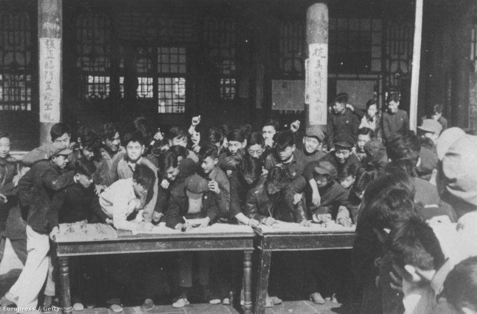 Kínai önkéntesek rohamozzák meg a toborzóállomást a pekingi Yu Ying akadémia előtt, hogy az északiak oldalán beszálljanak a brit-amerikai támogatást kapott Dél-Korea elleni harcba.
