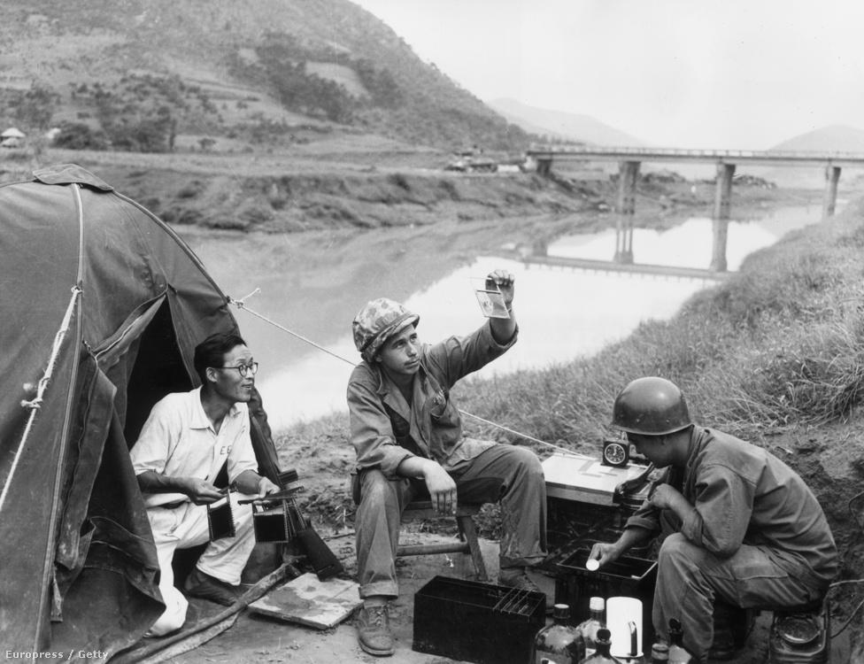 Amerikai katonák egy dél-koreai önkéntes segítségével filmet hívnak elő egy hevenyészett harctéri laborban.