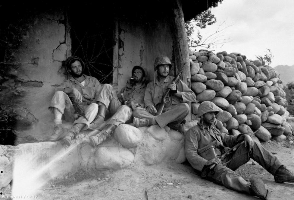 1951. szeptember: amerikai tengerészgyalogosok pihennek egy északi mesterlövész-állás kifüstölése után.