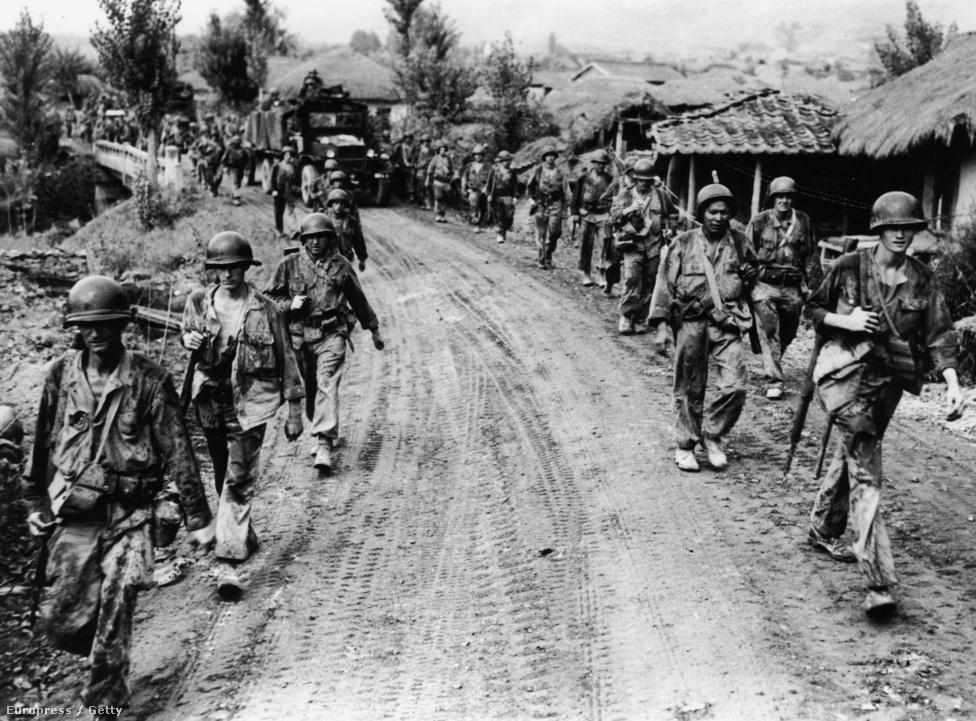 Viharvert amerikai szakasz vonul vissza a frontról a Szöulhoz közeli Yong Sanban.