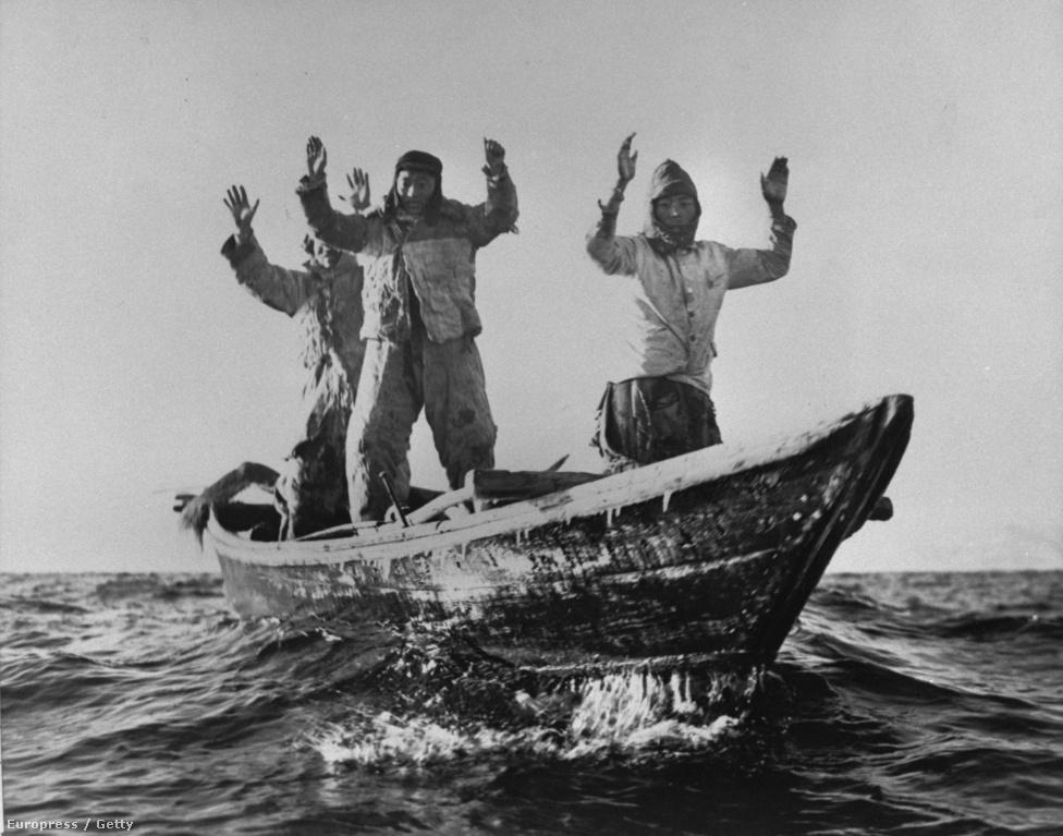 Észak-koreai halászok adják meg magukat a USS manchester hadihajó legénységének.