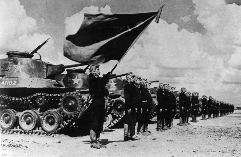 Koreai harckocsik indulnak a frontra. A háború elején az északiak a második világháborús szovjet T34-esekkel dominálták a hadszínteret, de az amerikai beavatkozással érkező M4 Shermanek és M46 Pattonok méltó ellenfélnek bizonyultak.