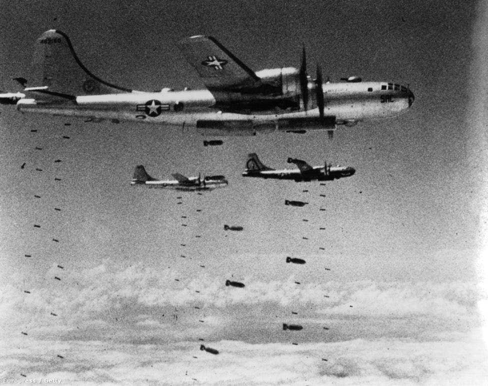 Amerikai B29 Superfortress bombázók szórnak bombát északi célpontokra. A kép a háború első hónapjaiban készülhetett, a szovjet Mig-15-ösök megjelenése után a Superfortresseket csak éjszakai bevetésekre használták. Összesen 180 ezer tonna bombát dobtak le a háború alatt.