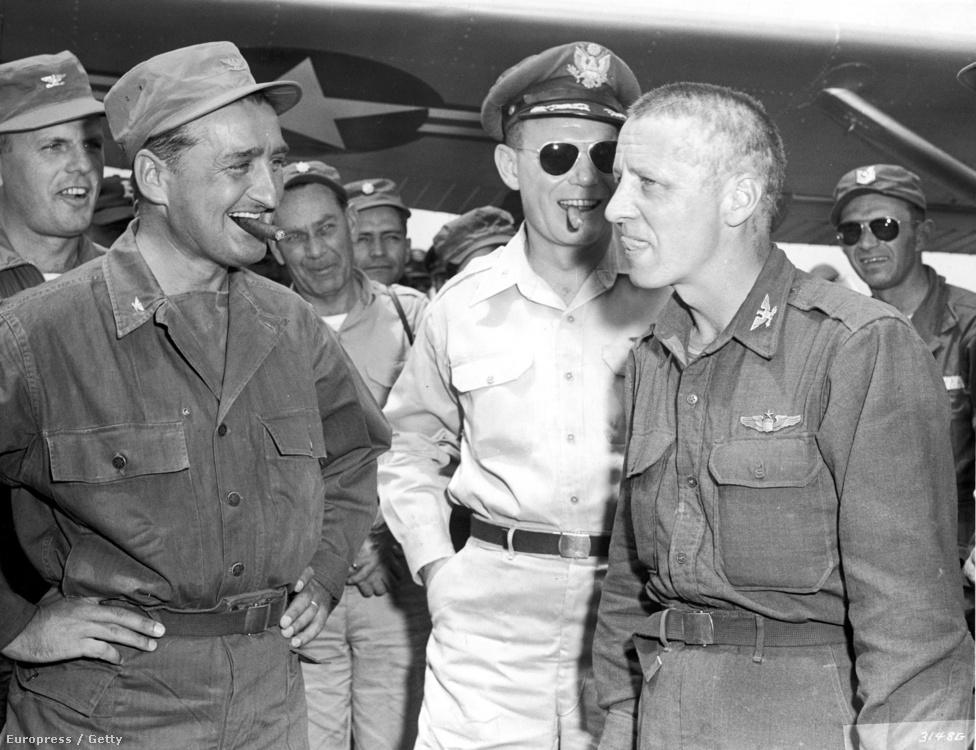 Albert Schinz amerikai pilóta köszöntése. Schinz 37 napig bújkált az ellenséges vonalak mögött, miután lelőtték a gépét, de sikerült katapultálnia.