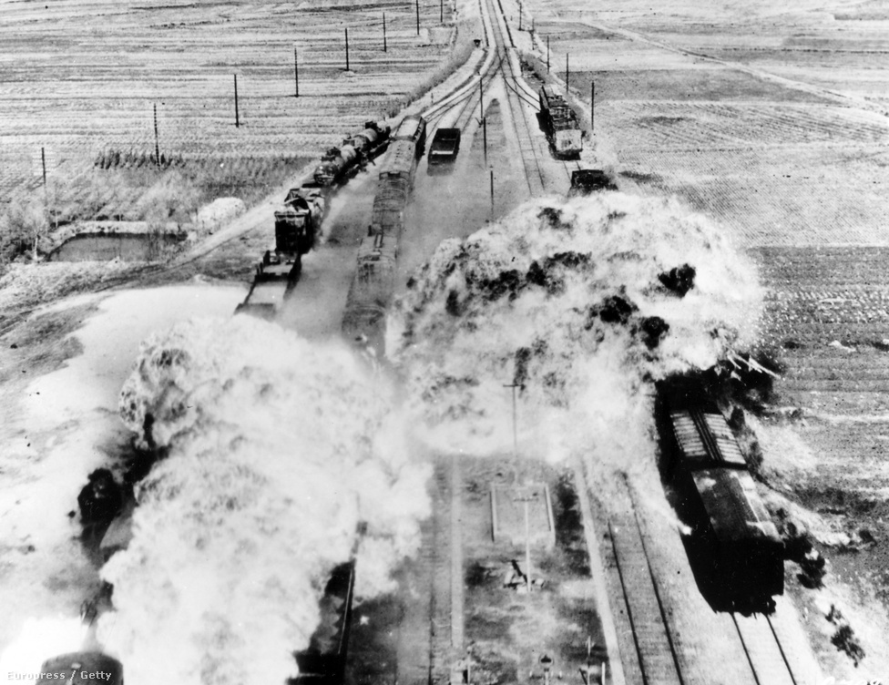 Amerikai B26-os bombázó mér napalmcsapást egy utánpótlást szállító vonatra valahol Észak-Koreában.