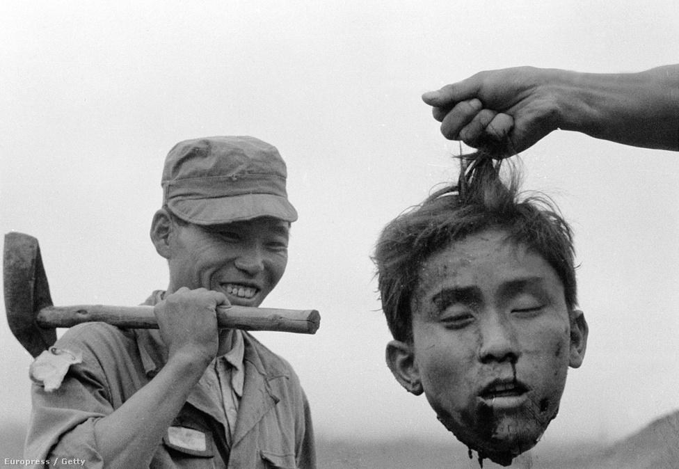 1952. november, Margaret Bourke-White  híres felvétele, amin egy kivégzett kommunista gerilla levágott fejét tartja társa elé egy ismeretlen dél-koreai katona.