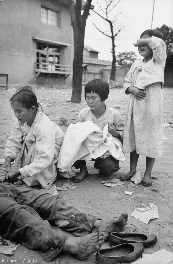 Dél-koreaiak gyászolják a halottaikat, akiket kommunista lázadók öltek meg. 1950 elejére 30 ezer kommunistát börtönöztek be Dél-Koreában, és 300 ezret küldtek átnevelő táborokba.