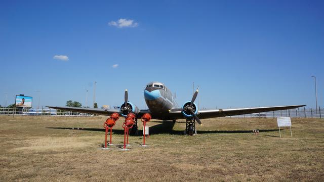 Li-2 (HA-LIQ), beceneve Teve. 1952. március 27-én érkezett Magyarországra, a Magyar Néphadsereg megrendelésére. 1954-től katonai festéssel (zöld alapszín, fehér felirattal) és 206-os oldalszámmal repült. 1957. március 20-án került a Malévhoz, ahol megkapta polgári lajstromjelét, de katonai festésben maradt. 1958-tól teherszállító gépként használták. 1964. május 20-án a Malév visszaadta eredeti tulajdonosának, ahol lekerült róla a polgári lajstromjel, visszakapta eredeti oldalszámát, majd egészen 1974-ig, selejtezéséig repült. Selejtezésével egyidejűleg adták át a Közlekedési Múzeumnak. 1980-ban felújították, majd Farkashegyen tárolták a MÉM Repülőgépes Szolgálat (RSZ) telepén.                         Összes repült ideje 3829 óra, 5863 ciklussal. (forrás: Wikipédia)