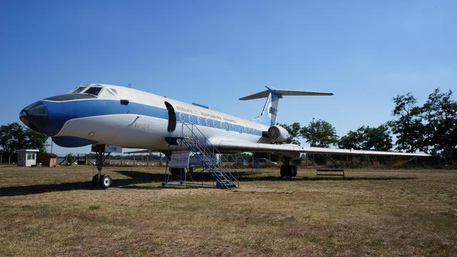 """Tu–134 (HA-LBE), becenevei: LBElemér, Kisvas, Kistuskó. A repülőgép 1969. március 22-én érkezett Magyarországra, első forgalomban repült útvonala a Budapest–Prága–Budapest járat volt. 1983 tavaszán """"Comfort"""" osztályt alakítottak ki benne, ezért a szállítható személyek száma 72-ről 68-ra csökkent. Utolsó forgalmi útját 1987. december 18-án teljesítette a Budapest–Varsó–Budapest útvonalon, majd egy emlékrepülés következett meghívott vendégekkel a fedélzeten. 1988. április 11-én, a Malév Tu–134-esei közül elsőként vonták ki a forgalomból. Összes repült ideje 24167 óra, 19499 ciklussal. 1991-ig az ős-skanzenben állt, majd átvontatták a jelenlegi helyére, az Emlékparkba. (forrás: Wikipédia)"""