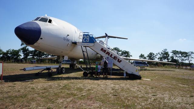 """Tu–154B-2 (HA-LCG), becenevei:  LCGéza, Nagyvas, Nagytuskó. 1975. november 24-én érkezett Magyarországra, Tu–154B alapváltozatként. 1980 decemberében nagyjavításra repülték, ahol többek között ICAO CAT–II korlátozott látási viszonyok közötti leszállásra is alkalmassá tették, típusjele ekkor Tu–154B2-re változott. 1983-ban a """"Comfort"""" osztály kialakításával a szállítható személyek száma 143-ra csökkent. Utolsó útját a Budapest–Heraklion–Budapest járaton repülte, majd kivonták a forgalomból. Összes repült ideje 21554 óra, 13803 ciklussal. A Repülőgép Emlékparkba 1994. szeptember 24-én vontatták át. (forrás: Wikipédia)"""