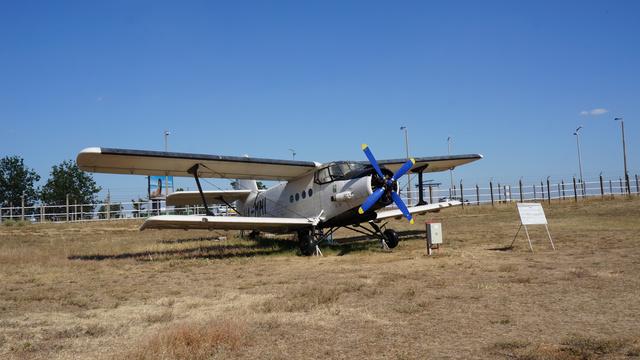 """An–2M (HA-MHI). A repülős szlengben """"Ancsa"""" vagy """"Kukacbombázó"""" néven is ismert An–2-es repülőgépet 1967. december 19-én vette át a Magyar Repülőgépes Szolgálat. Vegyszertartállyal és szórófejjel felszerelve mezőgazdasági repüléseket végeztek vele. 1994-ben selejtezték, majd az Emlékparkban állították ki. (forrás: Wikipédia)"""