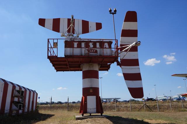 Tesla leszállítóradar és vezérlőkonténer.  A Légiforgalmi és Repülőtéri Igazgatóság megrendelésére 1975 januárjában telepítették a jelenlegi 13R/31L futópálya B jelű gurulóútja mellé. Még az üzembe helyezés előtt, január 15-én a Berlinből érkező HA-MOH Il–18-as a gurulóút közelében lezuhant, és a repülőgép darabjai a radart súlyosan megrongálták. A javítás után a kilencvenes évek elejéig használták. Az emlékparkba 1991-ben került.