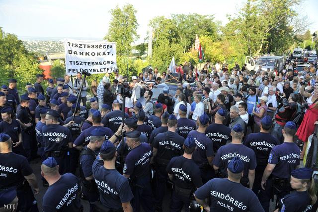 Tüntetők és rendőrök Orbán Viktor miniszterelnök házának közelében, a budapesti Csipke utca és Cinege út kereszteződésénél.