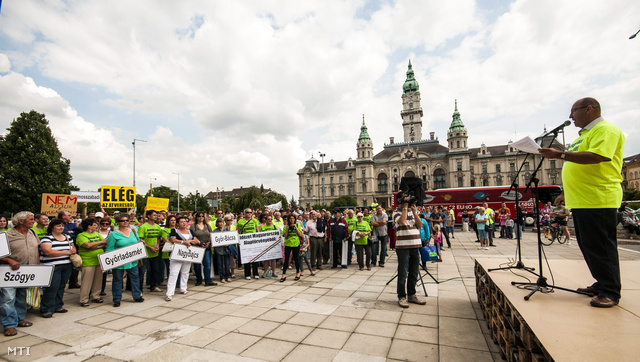 Hordós Tamás vámosszabadi lakos (j) mond beszédet a Vámosszabadiba tervezett menekülttábor megnyitása ellen szervezett tiltakozó akción a győri városháza előtt 2013. június 28-án.