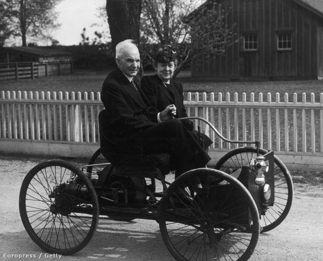 Henry Ford és felesége a cég első járművével