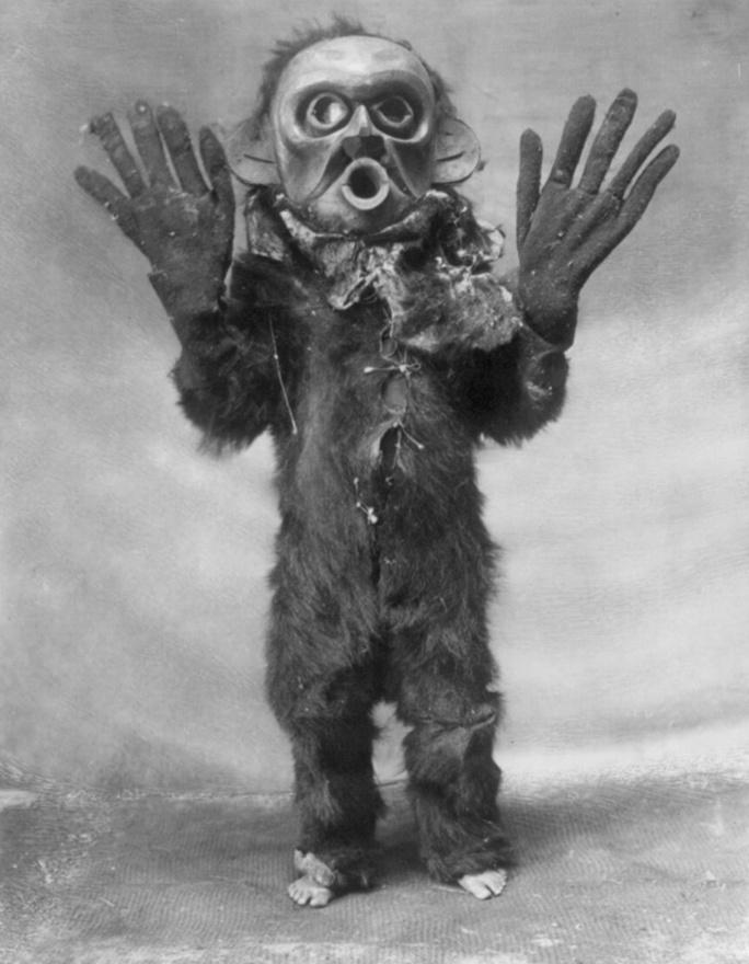 """A """"veszélyes dolgokat"""" jelképező maszkot viselő hami indián (1914 körül)"""