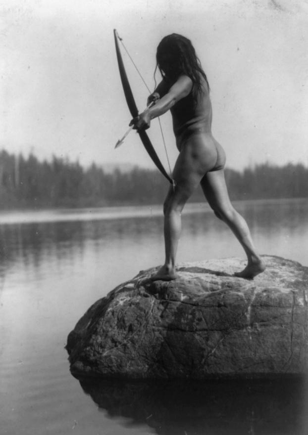 Ritka felvétel egy meztelenül halra vadászó indiánról (1910 körül)