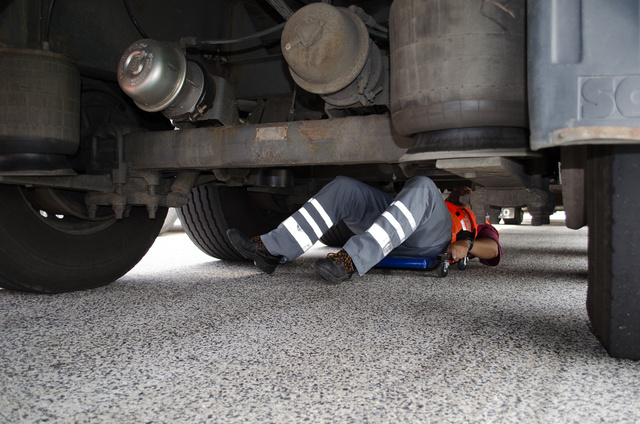 Alapos ellenőrzés az alváz alatt. Nem minden kamionnak kellett végigvárnia a folyamatot, csak azoknak, akik eleve gyanúsak voltak