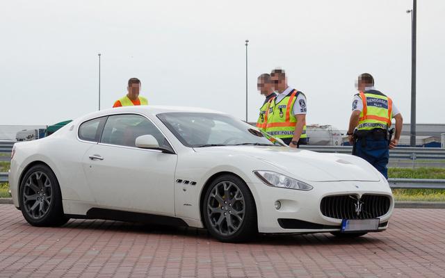 Ezt a Maseratit is gyorshajtás miatt állították félre. Persze ne gondoljanak rekordra, csupán a nyolcvanas, ideiglenes korlátozást nem tartotta be a sofőr
