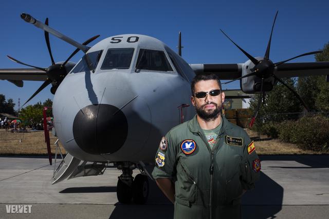 Michi a Spanyol Légierő pilótája, 36 éves, C295-ös gépen repül
