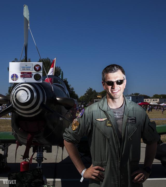 Andrea az Osztrák Légierő pilótája, 30 éves, PC-7-es gépen repül