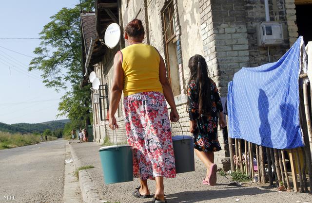 Egy asszony vizet visz a közkútról Ózdon a Hétes telepen 2013. augusztus 4-én.