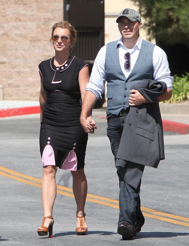 Lucado hasonlóan volt felöltözve, de Spears durvábban.
