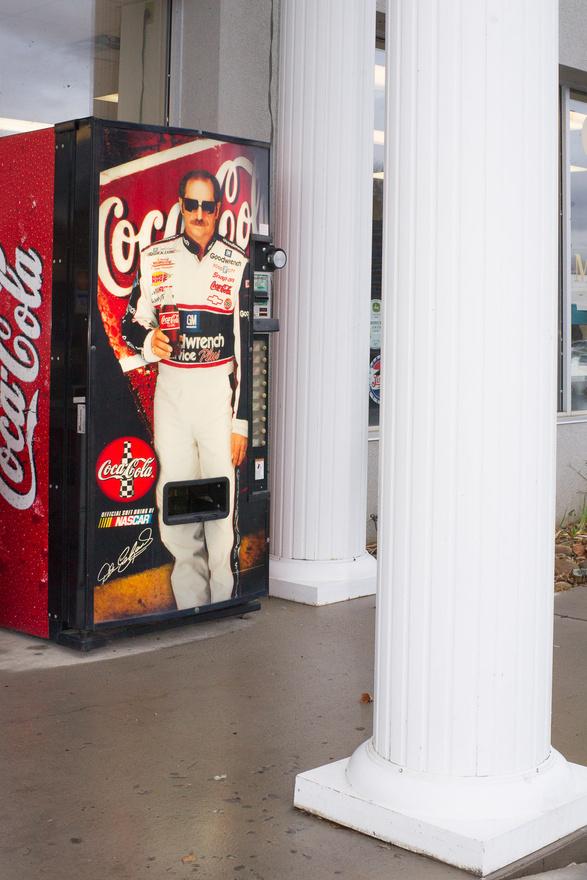 Pigeon Forge, Tennessee, 2011. Míg Európában menő dolognak számít az amerikai autóversenyek követése, ott a NASCAR- és Indycar-rajongók nem a  hipszterek közül kerülnek ki.