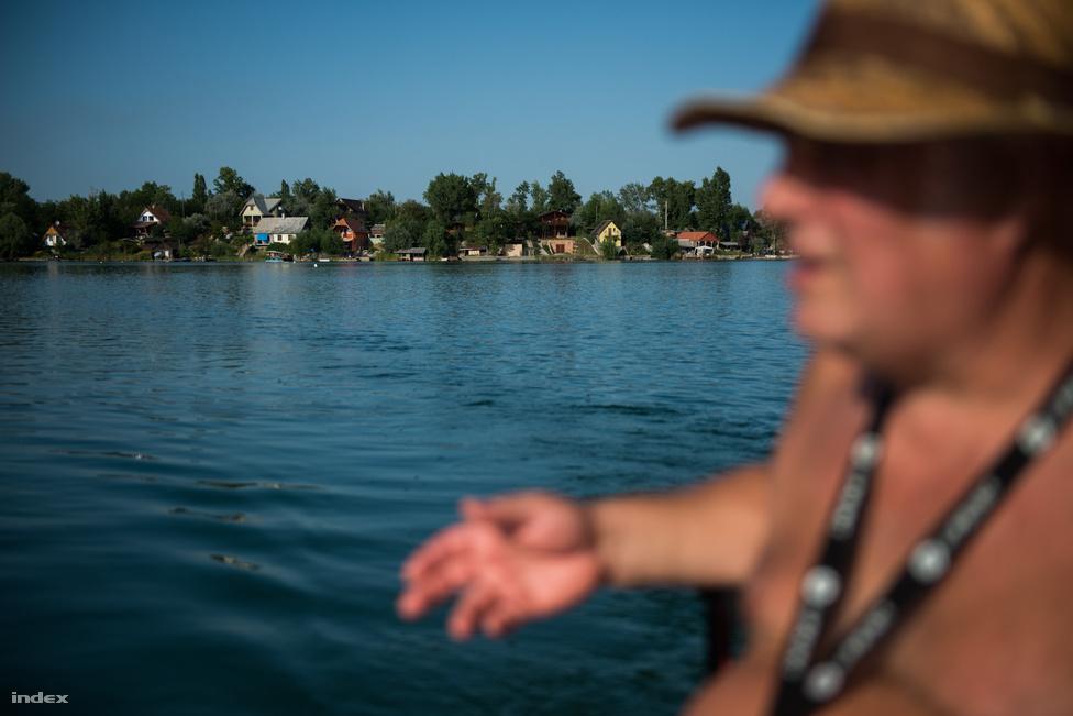 """Szilágyi Miklós, a halőr a tó kulcsembere. Csónakjával járja a tavat, ismer minden szegletet, megy, ha hívják, vigyáz a vízre. Ha rendőrök, mentők jönnek valahova, őket is ő igazítja útba. """"Ha a Miki nem lenne ezen a tón, ez a tó már nem ez a tó lenne"""" - mondják róla."""