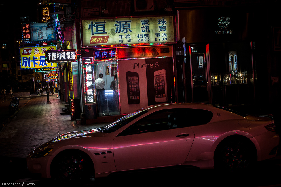 Most kaszinóvendégek autói állnak az utcán, de a Macau Grand Prix-ra a                          monacói Forma 1-es futamhoz hasonlóan versenypályát alakítanak ki a városban.                          A versenyzők többek között Formula 3-as autókkal száguldhatnak.