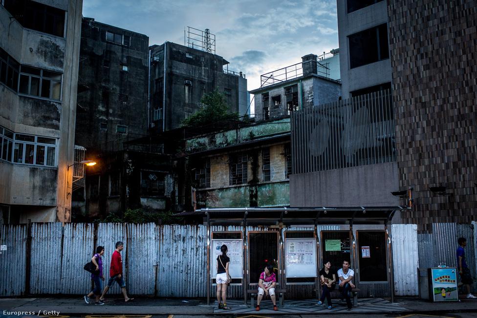 Buszmegálló a luxus árnyékában. 591 ezer ember él egy Kőbánya méretű, 29,5                          km2-es területen.Habár a szerencsejáték-iparnak köszönhetően nőtt az                          életszínvonal Makaón, de ezzel együtt az árak is megugrottak, ezért egyesek                          inkább elköltöztek. Sokan arra panaszkodnak, hogy a tömegközlekedés vagy az                          egészségügyi ellátás fejlesztésére nem jutott kellő idő a kaszinónegyed                          kiépülése közben.