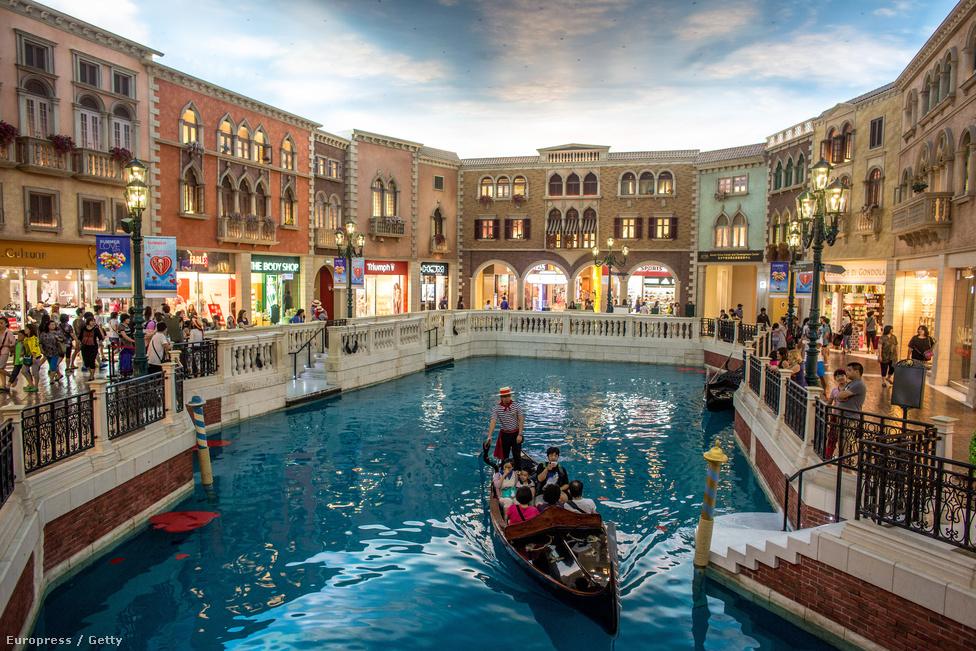 2007-ben nyílt meg a Velencét idéző Venetian kaszinókomplexum, ami a világ                          egyik legnagyobb épülete, kétszer nagyobb Las Vegas-i ikertestvérénél. A 2,4                          milliárd dolláros (közel 452 milliárd forintos) költségvetéssel épült Venetian                          Macao kaszinó-, hotel- és szórakoztatókoplexumhoz 3000 szállodai szoba, 1150                          játékasztal, 7000 nyerőautomata, 350 üzlet, egy 1800 férőhelyes                          konferenciaközpont és egy 15 ezer férőhelyes sportaréna tartozik.