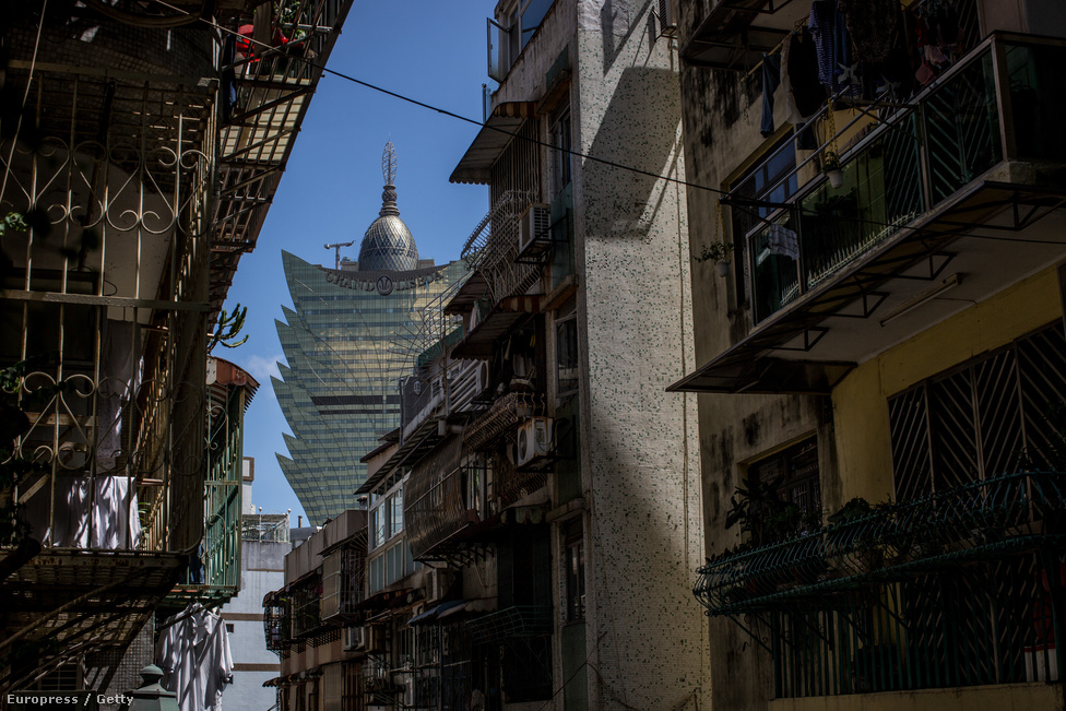 Kimagasodnak a többi épület közül. Az ingatlanárak is a magasba szöktek az                          elmúlt évtizedben, miközben több kis- és középvállalkozás nem tudta fizetni a                          rohamos fejlesztések környezetében megemelkedő bérleti díjakat és a magasabb                          költségek mellett nem tudtak életképesek maradni.