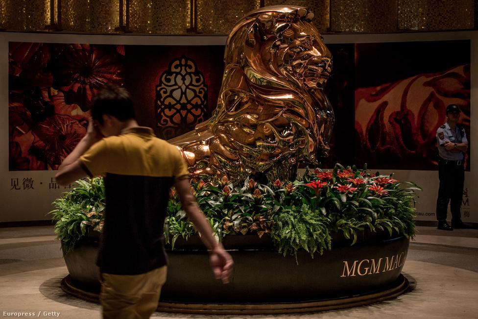 Az MGM kaszinókomplexuma a filmek elejére is ismert, méltóságteljes                          oroszlánnal a bejáratnál. A kaszinókban utazó legfontosabb vállalatok, köztük                          a Las Vegas Sands és a Wynn Resorts egytől egyig jelen vannak Makaóban, ahol                          2002-ben oldották fel az STDM monopóliumát. Az MGM októberben engedélyt                          kapott, hogy egy második, 2,5 milliárd dolláros kaszinókomplexumot is                          felhúzzon a területen, de a többiek is folyamatosan bővítik beruházásaikat.