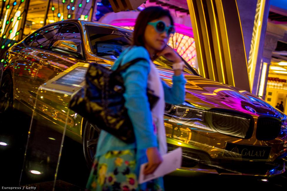 Lány pózol a Galaxy kaszinó és hotel előterében. Idén az első félévben 14,1                          millióan érkeztek Makaóba, 90 százalékuk Kínából, Tajvanról vagy Hong Kongból.