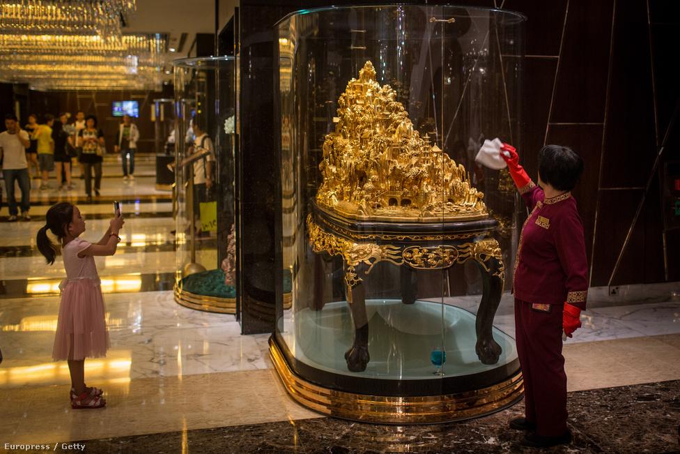 Mindennek csillognia-villognia kell a kaszinókban. A 40 emeletes Venetian                          Macao területét tekintve a hatodik legnagyobb épület a világon.