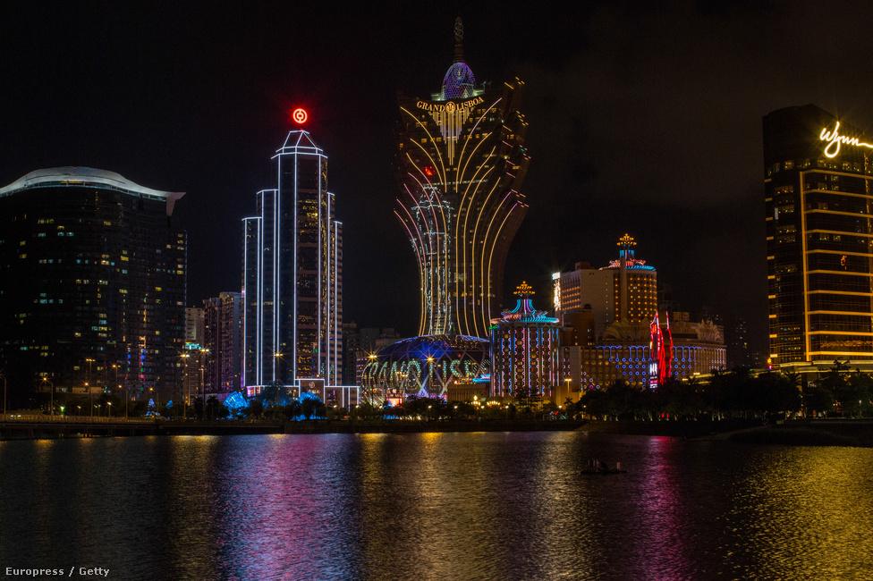 Kínában tilos a szerencsejáték, a különleges közigazgatási területnek                          számító, Ázsia Las Vegasaként is emlegetett Makaón azonban engedélyezett. Az                          ipar pedig virágzik: a korábbi kisebb klubok helyét az elmúlt évtizedben                          hatalmas kaszinókomplexumok vették át. Ma már összesen 33 kaszinó működik a                          területen.