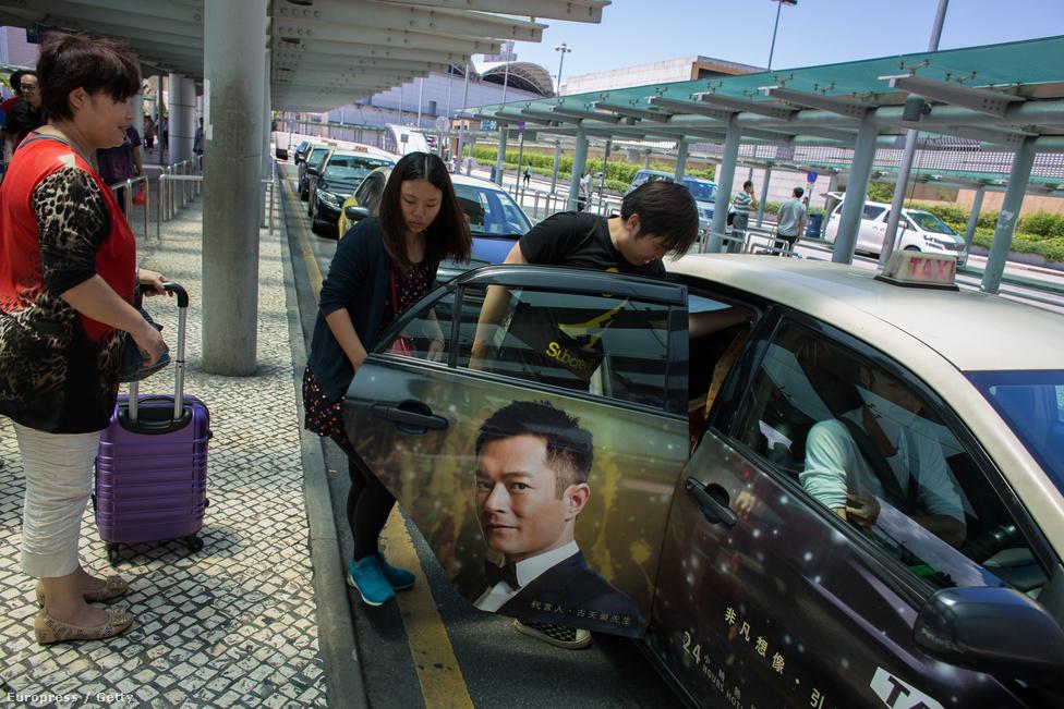 Taxival indulnak Makaóból a kaszinóvendégek. Általában a főként Kínából                          érkező külföldiek néhány napot töltenek Makaóban, közben sokuk szinte ki sem                          mozdul a kaszinókomplexumokból.