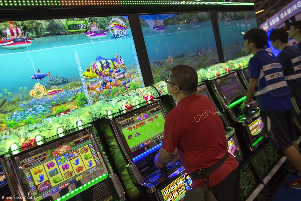 Látogatók tesztelik az Ázsiai Global Gaming Expón (G2E) bemutatott új                          gépeket Makaóban. A show minden novemberben, Las Vegasban megtartott                          nagytestvéréhez hasonlóan ezen is összegyűlik a kaszinószakma, és az új                          játékgépeket is ilyenkor jelentik be.