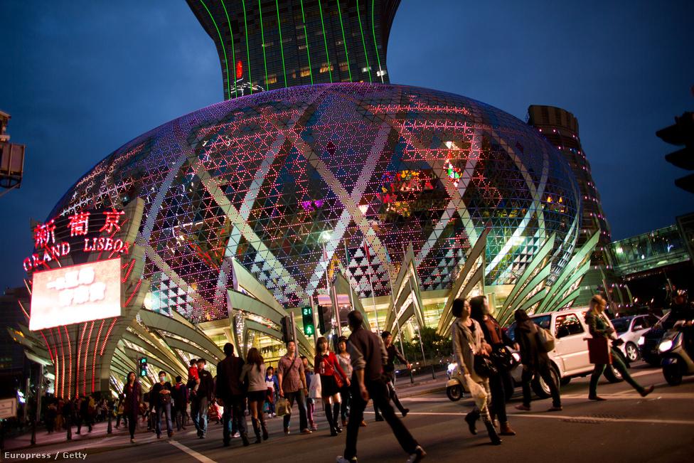 A Grand Lisboa kaszinó Makaóban. A makaói kaszinóipar bevétele 2012-ben a                          Las Vegas-it sokszorosan meghaladva a rekordot jelentő 38 milliárd dollárra                          nőtt. Nem véletlen, hogy az egyre grandiózusabb épületkomplexumokat                          felvonultató Makaó gazdasága elsősorban a szerencsejátékra és a turizmusra                          épül.