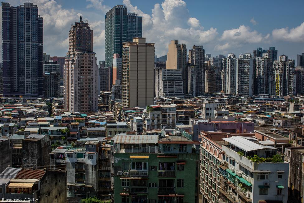 Lakóházak és a felhőkarcolók. Makaóban keverednek a portugál és a kínai                          építészet motívumai, a gombamód szaporodó modern felhőkarcolók és                          kaszinókomplexumok árnyékában az itt lakók sokkal visszafogottabb otthonai                          húzódnak meg.