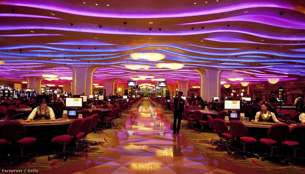 Ez a látvány fogadja a kaszinóvendégeket. A bevételek kétharmadát a nagy                          lábon élő kínai milliomosok adják, de a középosztálybeliek közül is egyre                          többen ugranak át időnként a Hongkongtól egyórányi kompútra lévő Makaóba.
