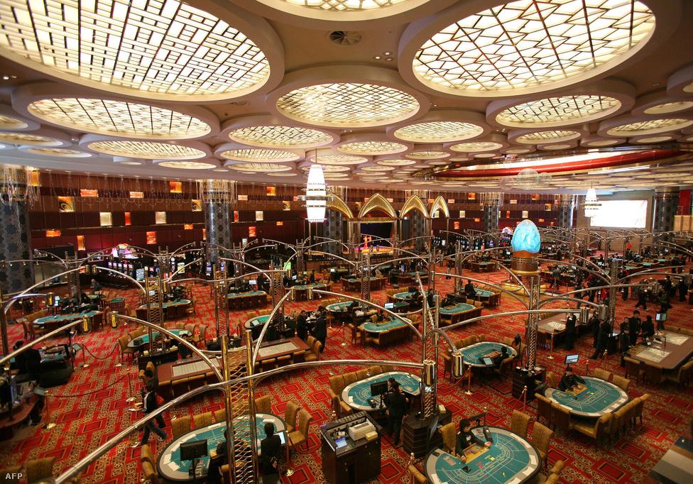 A profi pókeresek közül is egyre többen Makaóra utaznak az akciódús és                          folyamatos játékért. Itt nem ritkák a 600/1200 dolláros vakok és rendszeresen                          épül több millió dolláros kassza is. Az elmúlt évtizedben már nem Las Vegas,                          hanem Makaó lett a nagy tétes készpénzes játékok központja, a profi játékosok                          közül sokan ülnek le a pókerező, és legtöbbször veszítő milliárdosokkal.
